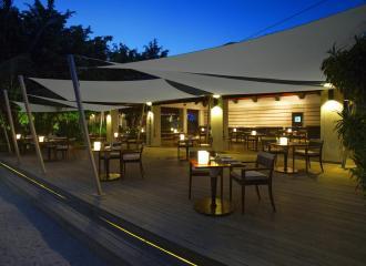 Zahradní restaurace zastíněná systémem plachet Ingenua