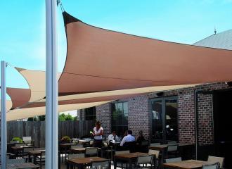 Zahrádka restaurace se stínícími plachtami Ingenua